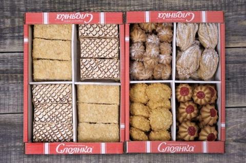 Ассорти из печенья и слоёных пирожных